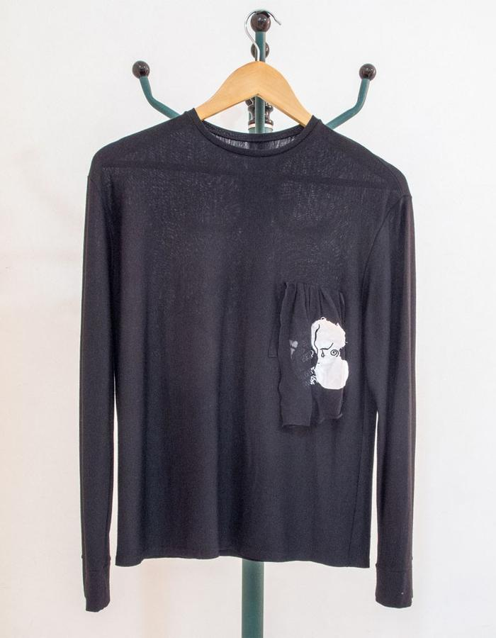 Black wool jersey sweater with Front pocket embroidery フロントポケットに刺繍を施した黒のウールジャージーセーター。