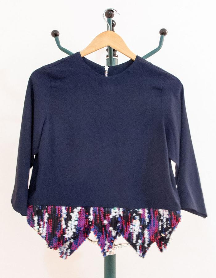 Boxy top with long sleeves and tweed cut-outs. ツイード飾りの付いた長袖ボクシートップス