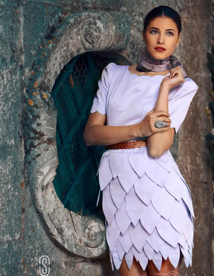 DRESS WITH AN  UNUSUAL SKIRT MADE OF PIECES IN DIFFERENT SIZES.DETAILS AROUND COLLAR AND SLEEVES.MADE IN SILK AND COTTON FABRIC