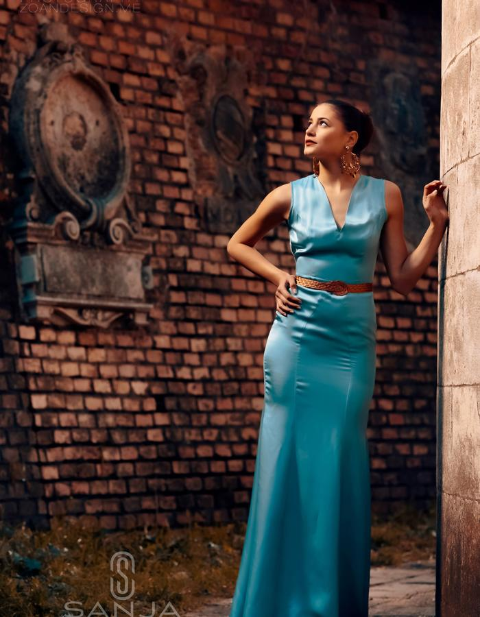 ELEGANT GOWN WITH AN OPEN BACK.MADE IN SILK AND CUPRO FABRIC