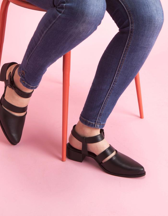 olivethomas_s16_pointed toe sandals_black