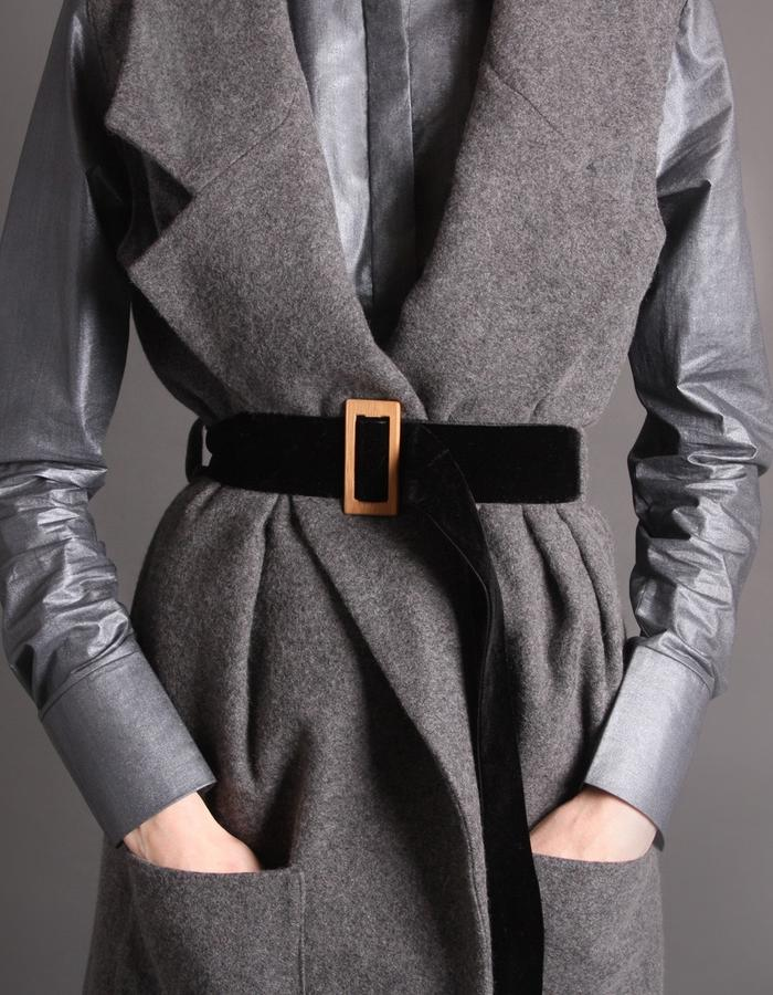 Wool coat without sleeves detail bamboo buckle